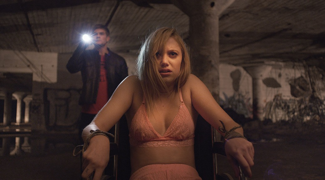 it-follows-movie-review-horror-film-maika-monroe