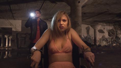 it-follows-movie-review-horror-film-maika-monroe