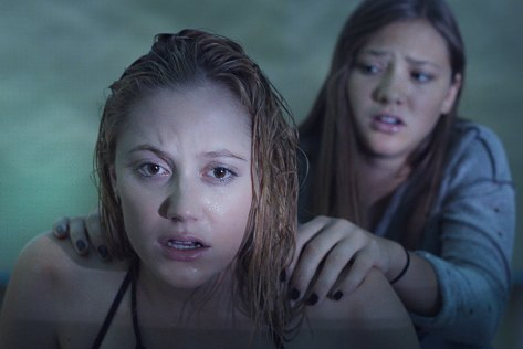 it-follows-horror-film-movie-review-maika-monroe